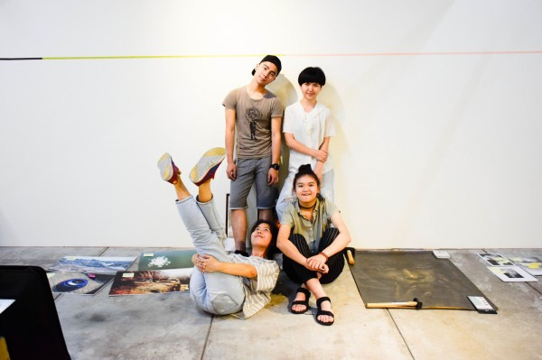第一屆自學生藝術創作成果聯展策展團隊(後排左起)-艾摩爾、宋宛霖、簡冠盈、嚴昕。(善耕365公益平台提供)