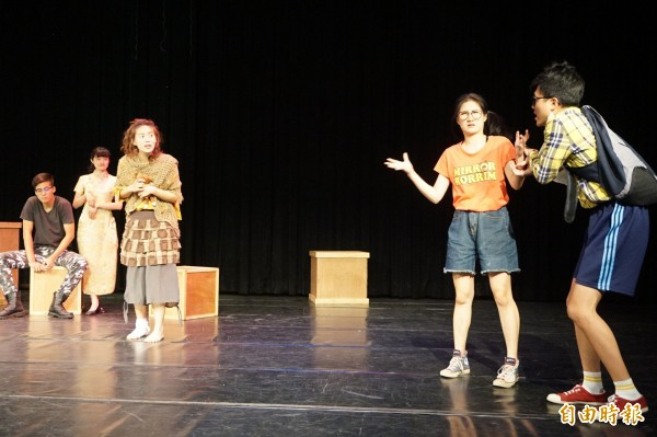 靜宜大學英文系英語話劇畢業公演「囚生」。(記者歐素美攝)