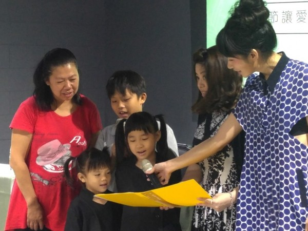 三個孩子於端午節前夕為地瓜媽媽朗讀感人的感恩詩。(肯愛協會提供)