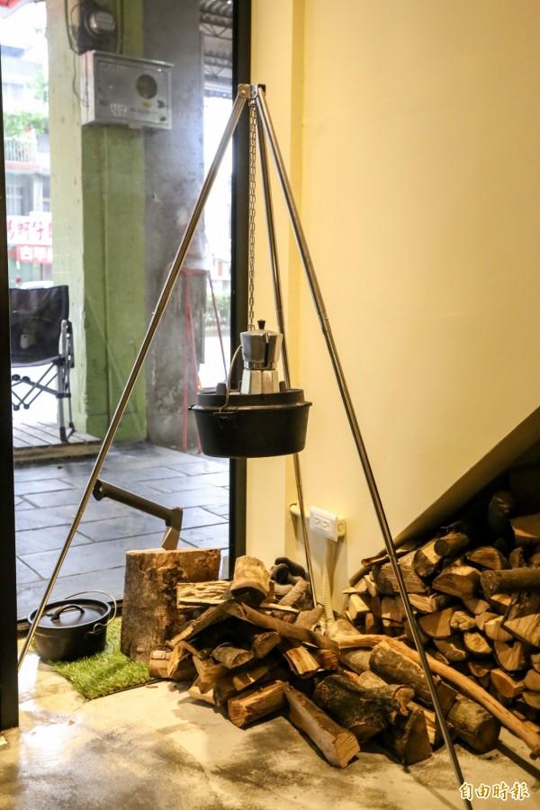 用野炊道具布置角落,上面掛著的是COOKOUT店裡特色鍋具荷蘭鍋。(記者陳晉生攝)