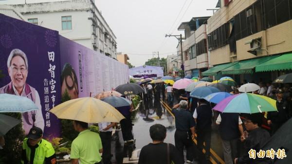 花蓮市長田智宣上月29日因病過世,今早舉行追思會,許多民眾冒雨參加。(記者王錦義攝)