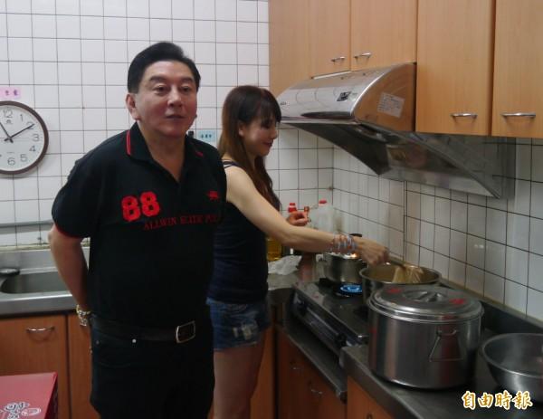 二人擠在狹小的廚房內煮麵,額頭滿是汗水,陳子璇全程擔任主廚、架式十足,熟練地燒水、下麵、預熱料理包。(記者王峻祺攝)