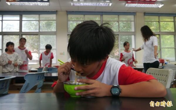 學生吃了現煮熱呼呼的牛肉麵後,開心直說「肉好嫩、麵好Q,幸福滿分!」(記者王峻祺攝)
