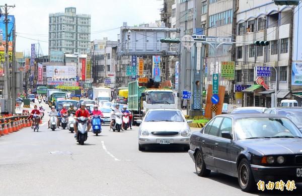 仁德交流道及其周邊平面道路,車流頻繁,易造成交通壅塞。(記者吳俊鋒攝)