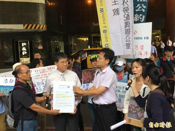 台塑派代表出面面對環團及越南民眾。(記者楊綿傑攝)
