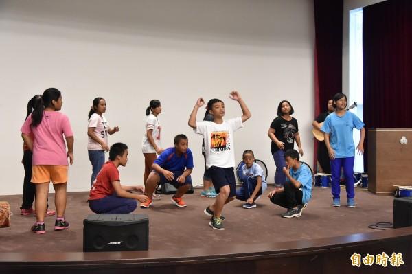 武陵國小12名學童,載歌載舞表演,來感謝翰品酒店讓他們留下珍貴的記憶。(記者張忠義攝)