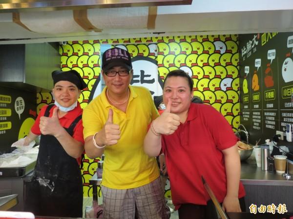 藝人薛志正(中)在逢甲夜市開雞排店。(記者蘇金鳳攝)