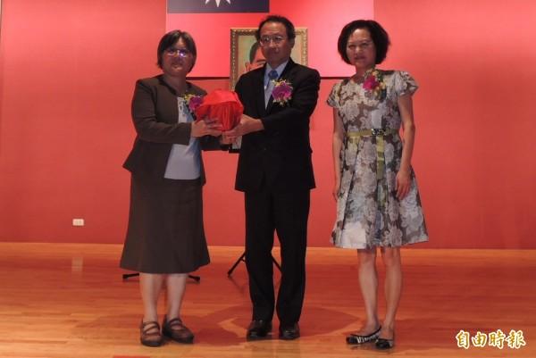 農業生物科技園區主任張淑賢(左一)交接就職,原主任黃金城(左二)調升農委會副主委。(記者李立法攝)