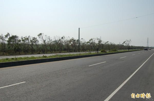 規劃8年的彰化縣二林精密機械產業園區,鄰近道路早已開通,園區至今仍荒蕪。(記者張聰秋攝)