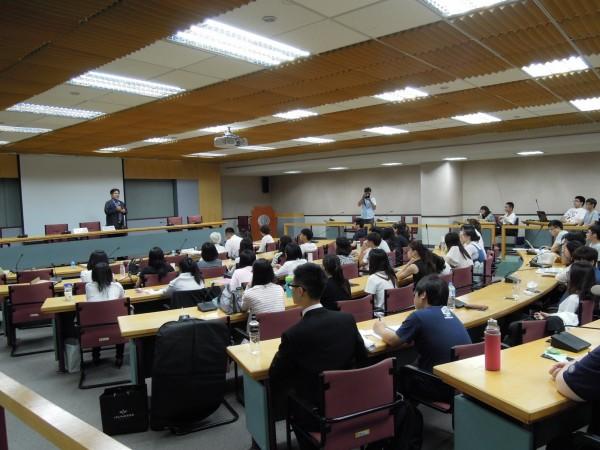 東吳大學社會學系昨舉辦「新世代研究」成果發表會,社會系大三學生針對就業力預測養成、跨界就業等議題進行調查成果發表。(東吳大學提供)