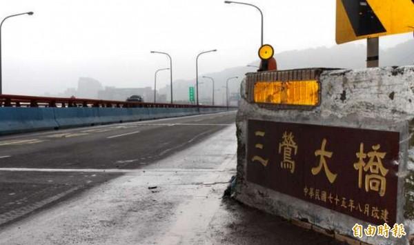 三鶯大橋興建至今已30年,是安全強度不足的老舊橋梁,急需改建。(記者張安蕎攝)