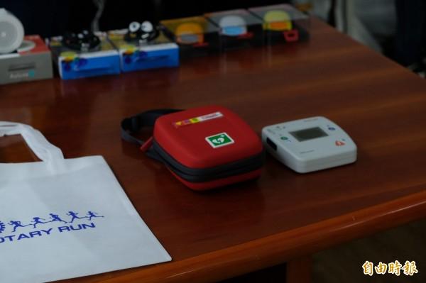 掌上型的自動體外心臟電擊去顫器,只要將電極導電片貼於胸前,可立即自動判斷是否需要電擊,即使不是醫生,簡單訓練後也能操作。(記者陳炳宏攝)