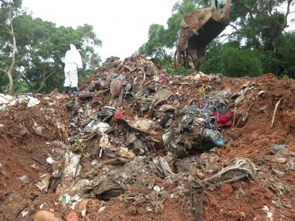 新竹縣湖口鄉公所在軍用地挖出的龐大廢棄物,化驗報告出爐了;縣府環保局確認,在3萬立方公尺的廢棄物中,含有有害事業廢棄物。(記者廖雪茹翻攝)