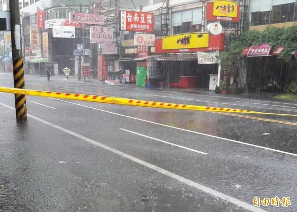 台南安中路每雨必淹,警方圍起警戒線。(記者蔡文居攝)