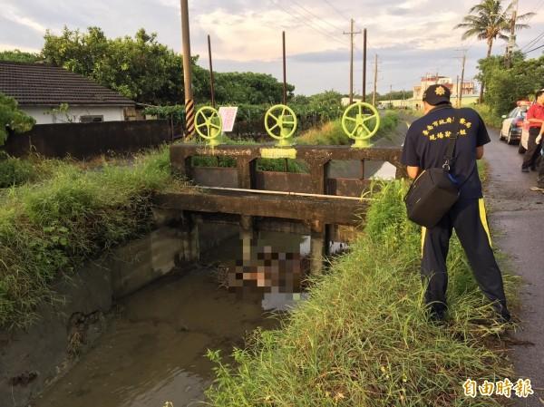 警方在10日下午近5時許在安南區海佃路4段發現一具水流無名屍。(記者王捷攝)