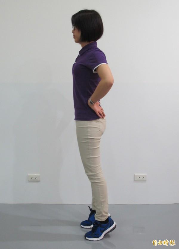踮腳尖可訓練小腿後側肌肉,促進單腳站控制能力與走路效率。(記者謝佳君攝)