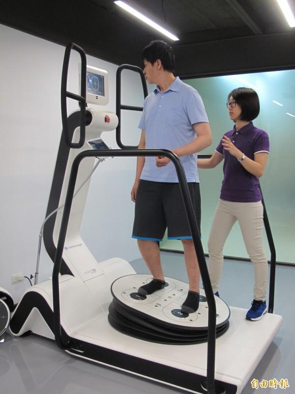 鄧先生接受「360度坐站平衡訓練」,經3個月密集復健治療,現在不僅擺脫拐杖,不平的路面也能安全行走。(記者謝佳君攝)