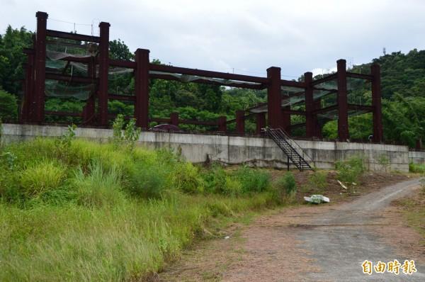 萬佛寺大雄寶殿的基地相當寬廣,工程卻已停工超過7年。(記者張瑞楨攝)