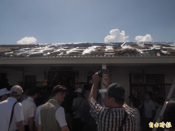 災民利用帆布遮蓋見光屋頂,避免風吹日曬雨淋。(記者陳賢義攝)