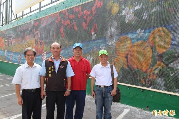 新竹縣新埔鎮長林保祿(左2)打造後方的大型壁畫拚觀光廊道。(記者黃美珠攝)