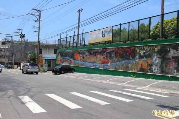 115號縣道、內思高工對面的馬賽克壁畫。(記者黃美珠攝)