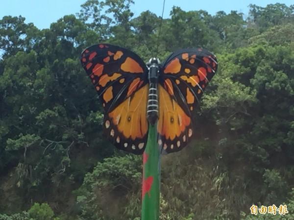 大茅埔橋上導引前往照門生態區的蝴蝶、昆蟲等生態意象。(記者黃美珠攝)