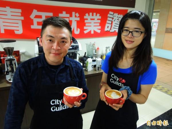 趙建宏(左)曾是鳳山區百萬房仲,李孟儒(右)曾到澳洲遊學打工2年,取得證照後投入咖啡業。(記者黃旭磊攝)