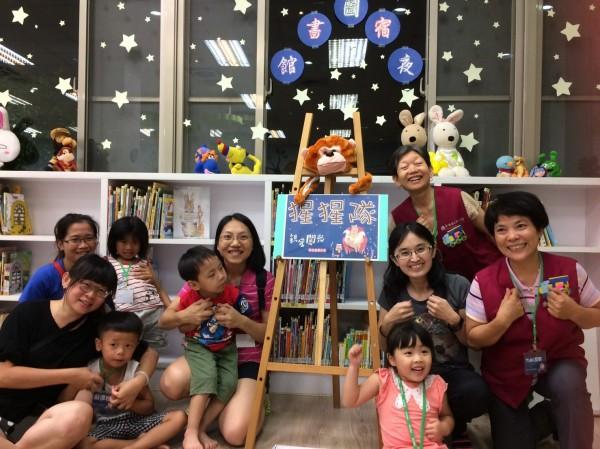 台南市立圖書館舉辦夜宿圖書館活動,吸引不少親子新鮮體驗。(台南市立圖書館提供)