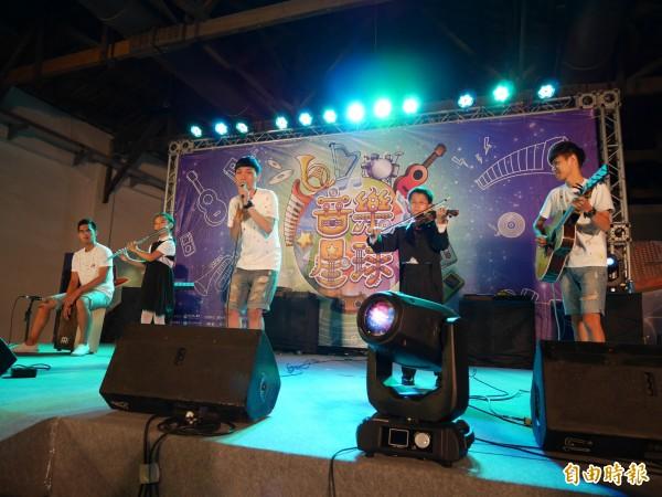 XY樂團和復興國小兩位學童跨世代合作,共同演奏歌曲「小幸運」。(記者沈佩瑤攝)
