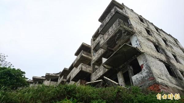 該廢墟位於三芝淡金路巷內,平時會有遊客進出拍照。(記者黃捷攝)