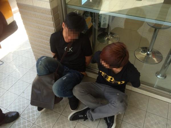 警方當場逮捕3名少年車手。(記者許國楨翻攝)
