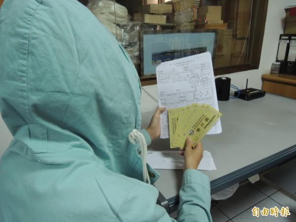 王姓車主控訴裕隆車廠偽造文書,以她名義向保險公司申請理賠金。(記者葉冠妤攝)