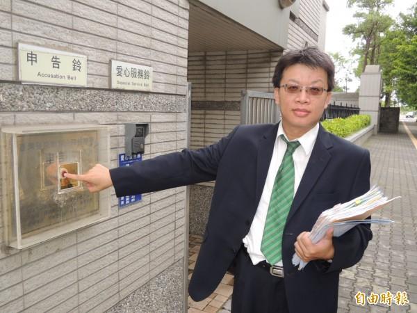 原創生醫公司委任律師鄭伊鈞到台南地檢署按鈴控告原創前董事長陳嘉宏涉侵占款項與背信。(記者王俊忠攝)