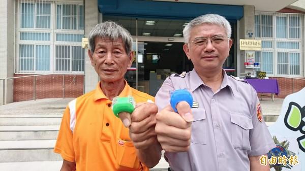 麻豆分局長王森瑒(右)和文旦產銷班長陳俊華展示用來巡護柚園的光明燈。(記者楊金城攝)
