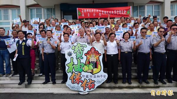 麻豆分局組織柚農成立寶柚大隊,上午誓師。(記者楊金城攝)