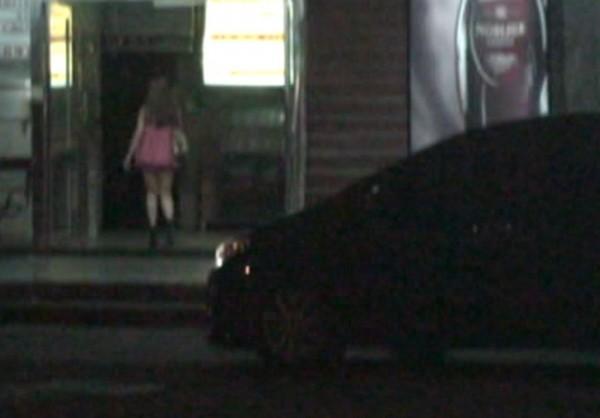 林嫌的傳播公司每天由馬夫載旗下少女到酒店KTV坐檯陪酒。(記者許國楨翻攝)