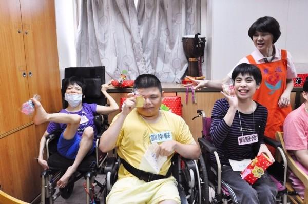遠雄熊熊志工團參訪育成基金會鵬程啟能中心,憨兒們喊出謝謝志工做餅乾給我們。(贈物網提供)