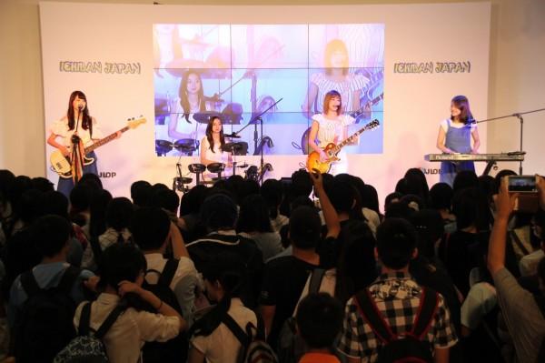 漫博會最後一天,日本館依舊派出歌手團體努力炒熱氣氛,日本4名高中生組成的「Le Lien」樂團,首度越洋登台,散發青春氣息,也讓台下台灣民眾享受音浪熱潮。(台灣東販提供)