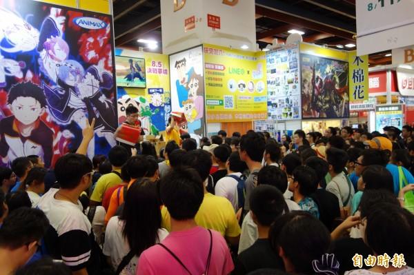 第17屆漫畫博覽會最後一天,業者紛紛把握最後幾個小時,推出拍賣促銷吸引人氣,台下民眾也趕緊擠上前要大搶優惠。(記者吳柏軒攝)