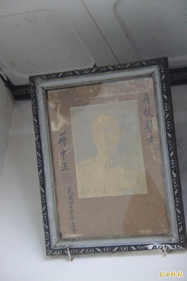 家屬指著牆上的照片表示,二次大戰後,許再枝醫生重考醫師執照時由蔣中正核可認定。(記者陳冠備攝)