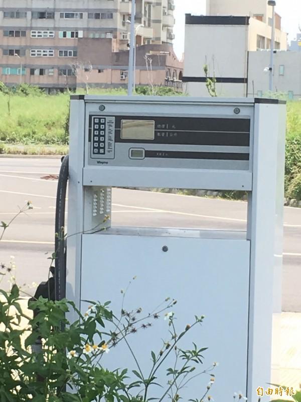 只有空殼子的加油機,像沒用處的破銅爛鐵。(記者黃鐘山攝)