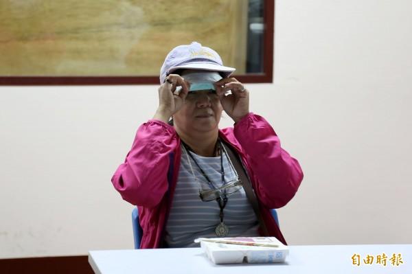體驗民眾忍不住偷拉開眼罩確認飯菜位置。(記者邱芷柔攝)