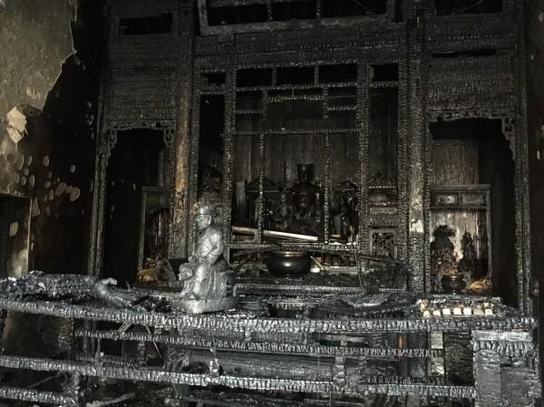 彰化縣縣定古蹟鳳山寺今天清晨驚傳大火,正殿主祀的廣澤尊王等眾神像被燒毀。(記者湯世名翻攝)