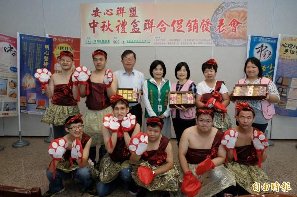 參加安心聯盟的11家社福團體,將舉行中秋禮盒聯合促銷,推廣通過國家食品檢驗的愛心月餅。(記者陳炳宏攝)