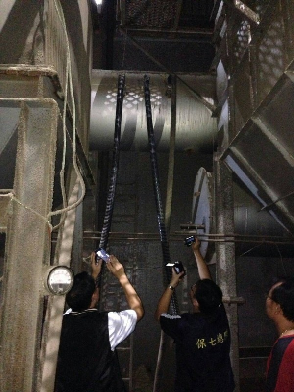 彰化檢警進入宏昇能源公司內部,採集排放有毒廢氣的證據。(記者陳冠備翻攝)