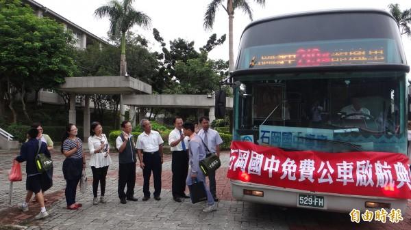 市議員謝志忠等在石岡國中校門口迎接搭乘免費公車開學的學生。(記者歐素美攝)