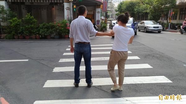 不少男生過馬路會拉女生的手,避免發生危險,但此舉可能涉嫌性騷擾。圖為示意照。(記者吳政峰攝)