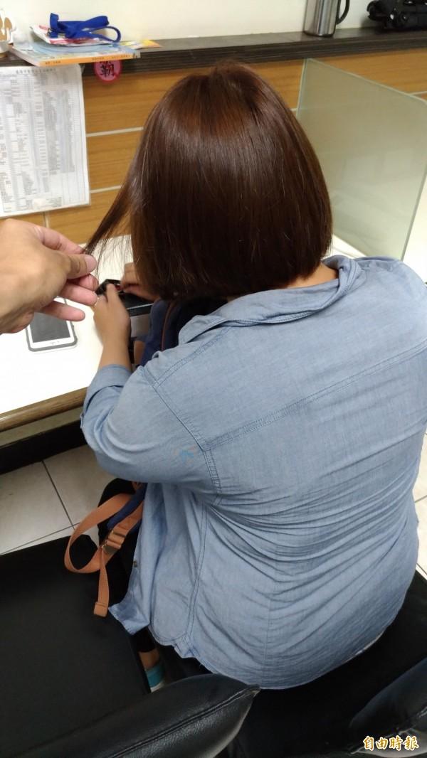 男女間肢體動作應保持距離,否則連摸頭髮都可能造成性騷擾。圖為示意圖。(記者吳政峰攝)