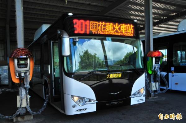 太魯閣客運新購的電動巴士充電中。官方數據充電一次續航力至少250公里。(記者花孟璟攝)