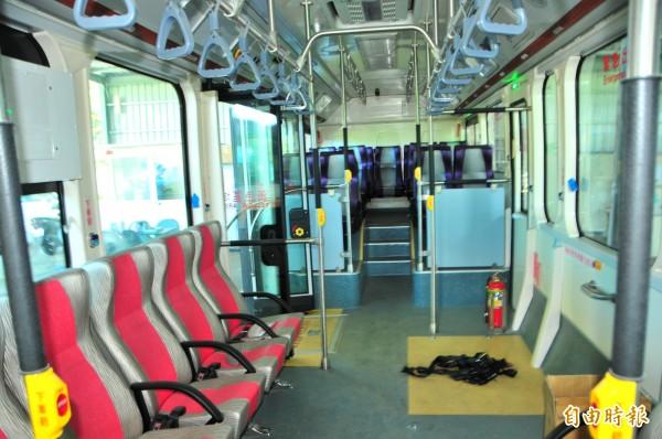 太魯閣客運新的K9電動巴士座位只有24個,空間寬敞,低底盤方便輪椅乘客上下車,是市區公車的規格。(記者花孟璟攝)